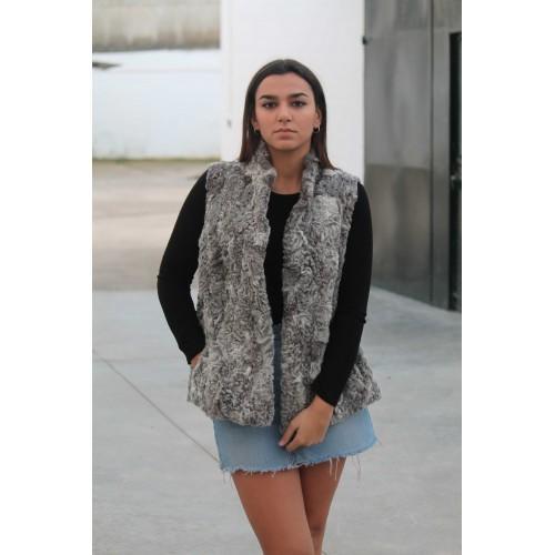 Oferta de Chaleco de piel de astracán en tonos grisáceos por 299€