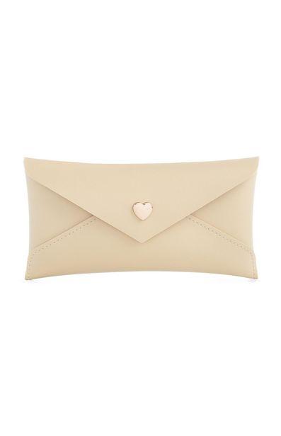 Oferta de Funda de gafas beige con botón en forma de corazón por 3€