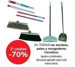 Oferta de En TODAS las escobas, palos y recogedores Carrefour, iguales o combinados  por