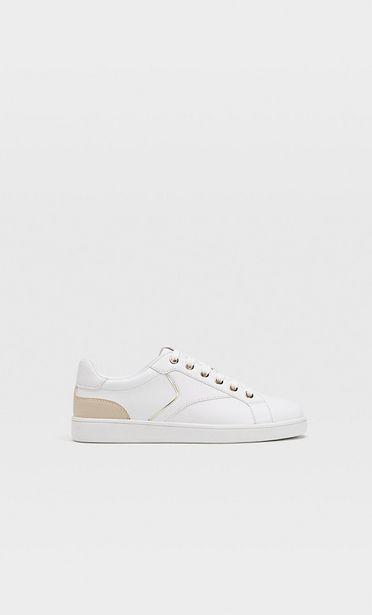 Oferta de Zapatillas blancas detalle talón por 19,99€