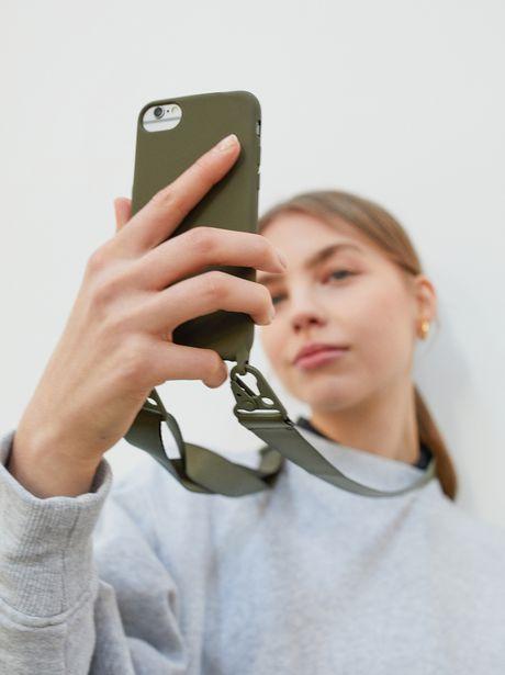 Oferta de Funda Para Móvil Iphone 6, 7 Y 8 Con Bandolera por 9,99€
