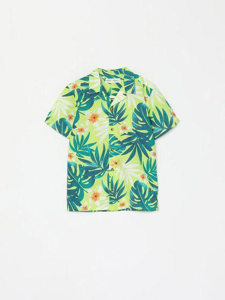 Oferta de Camisa con estampado tropical de manga corta por 6,99€