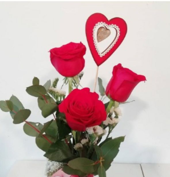 Oferta de RAMO DE TRES ROSAS ROJAS - online /whatsapp por 28€