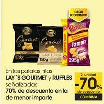 Oferta de En las patatas fritas LAY ́S GOURMET y RUFFLES señalizadas, 70% de descuento en el de menor importe por