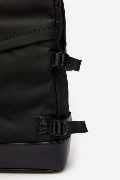 Oferta de Mochila nylón negro por 15,99€