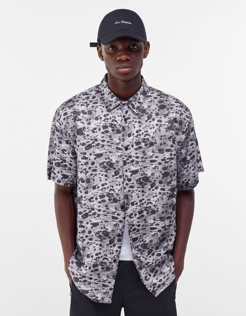 Oferta de Camisa satinada animal print por 12,99€