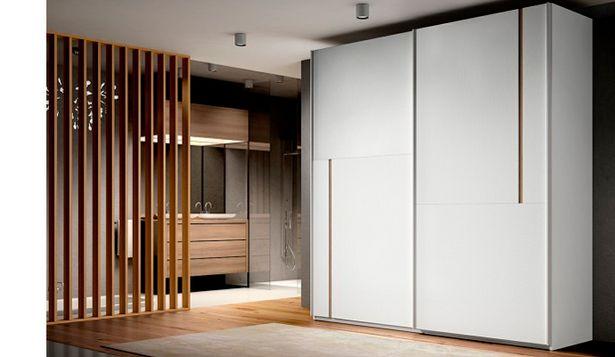 Oferta de Armario elegante con puertas correderas en blanco poro y roble por 1032€